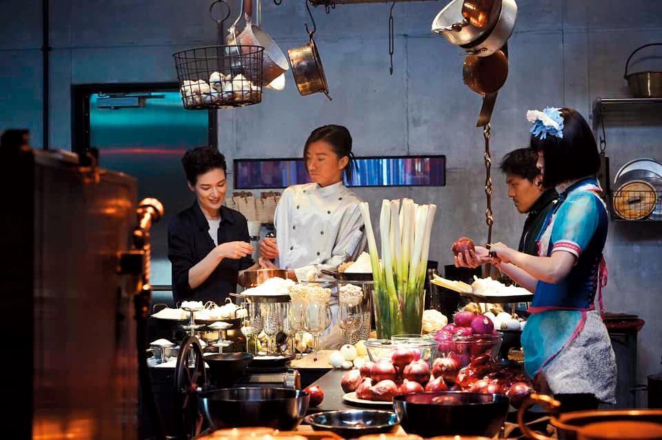 全片各式美食由前衛食藝家諏訪綾子(左一)設計,藤原龍也(左二)與玉城蒂娜(右一)也在旁見習。(翻攝自蜷川實花臉書)