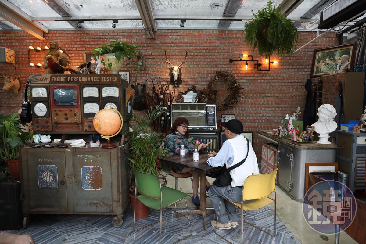 玻璃屋咖啡館內有一台老式收音機,改造後還能播放音樂。