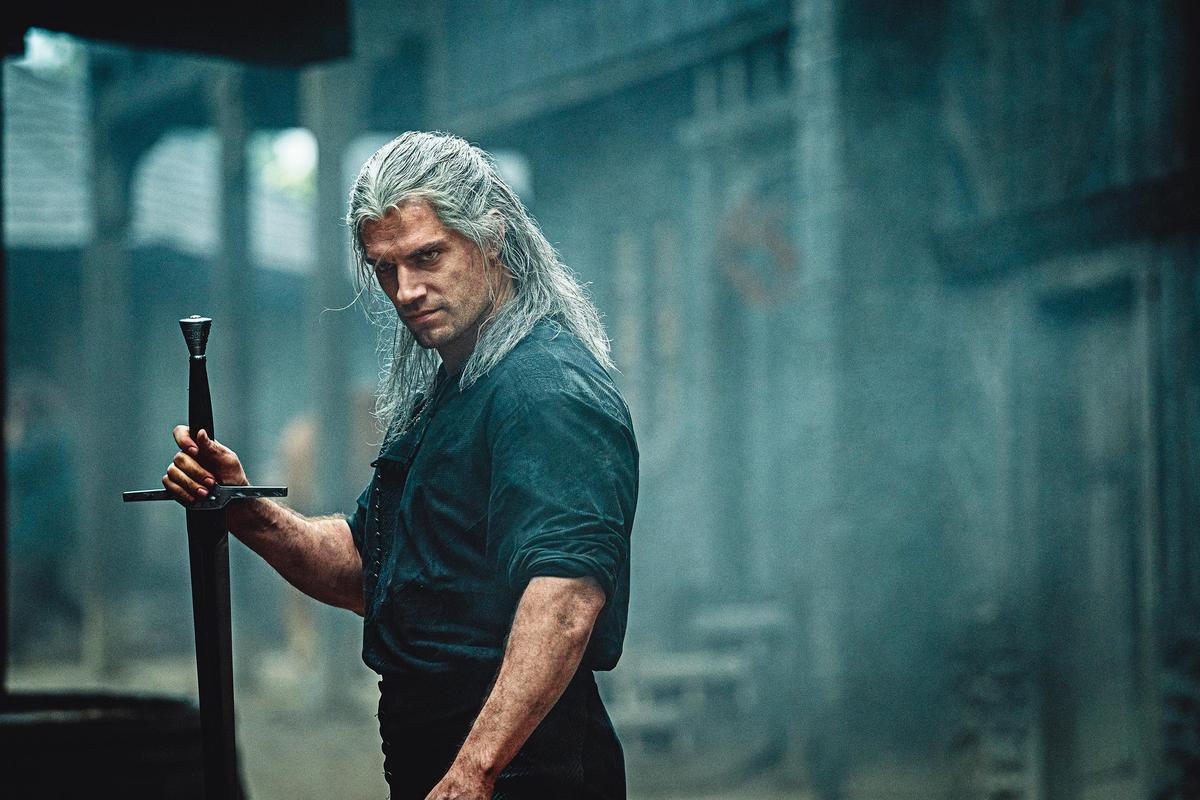 劇中傑洛特的白髮造型,真實還原小說與電玩的設定,得到許多玩家的肯定。(Netflix提供)