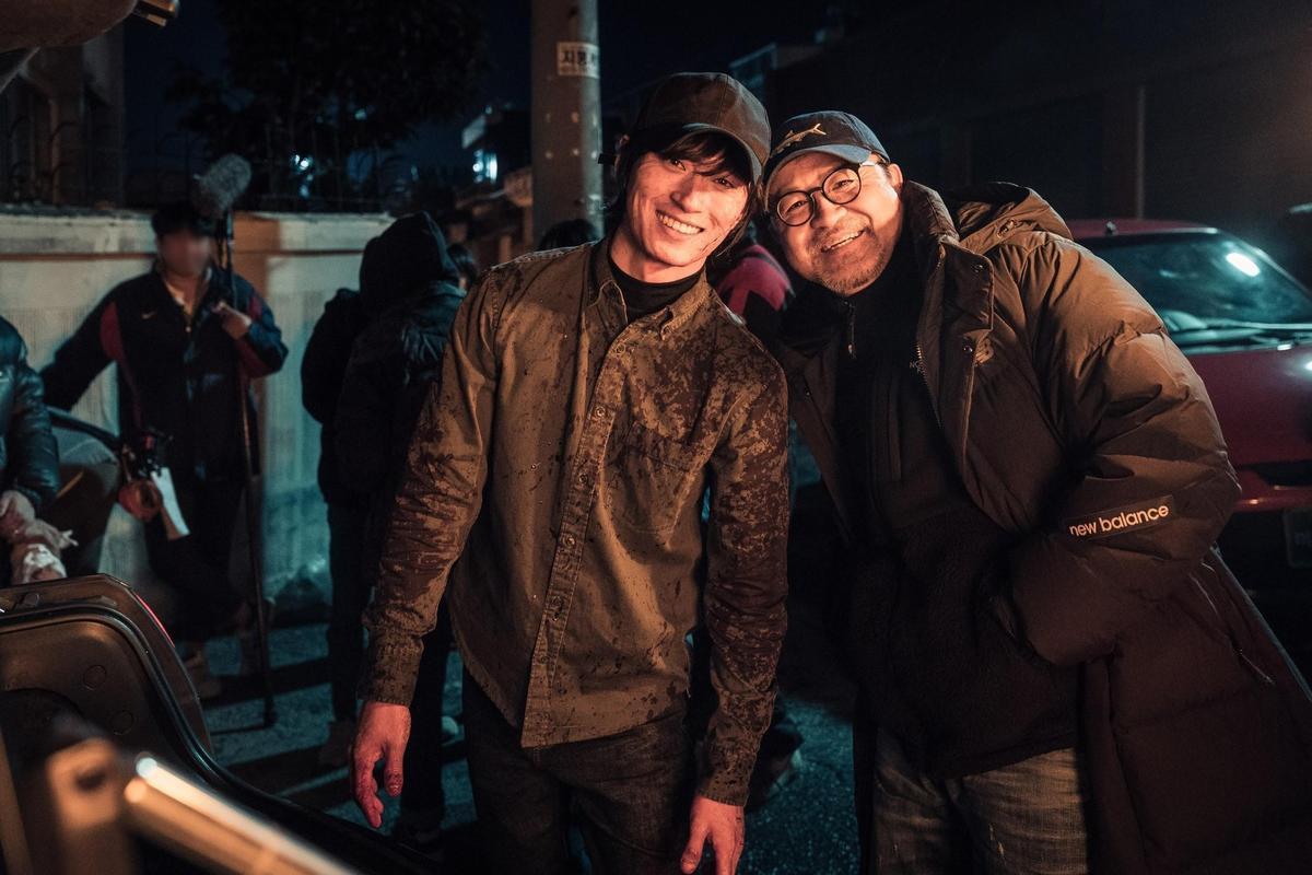 在《極惡對決》飾演連續殺人魔K的金成圭(左),和導演李元太討論後決定減重塑造角色的反差感。 (翻攝自Naver)