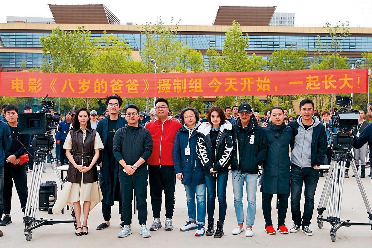 《八歲的爸爸》今年5月在青島開鏡,當時邱澤(右二)和張鈞甯(左一)中間隔了5個人。(翻攝自《八歲的爸爸》微博)