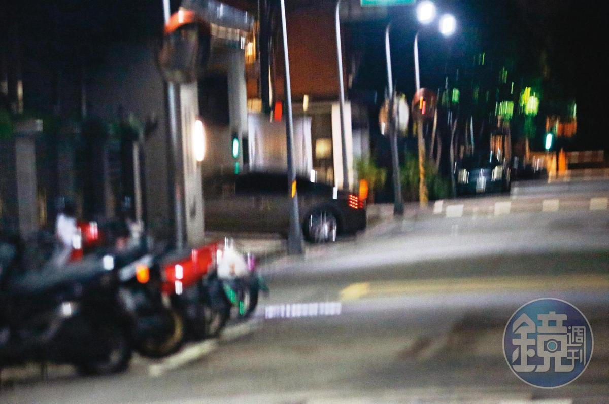 02:20,ELVA與黃皓搭著保母車回到ELVA所住的豪宅。