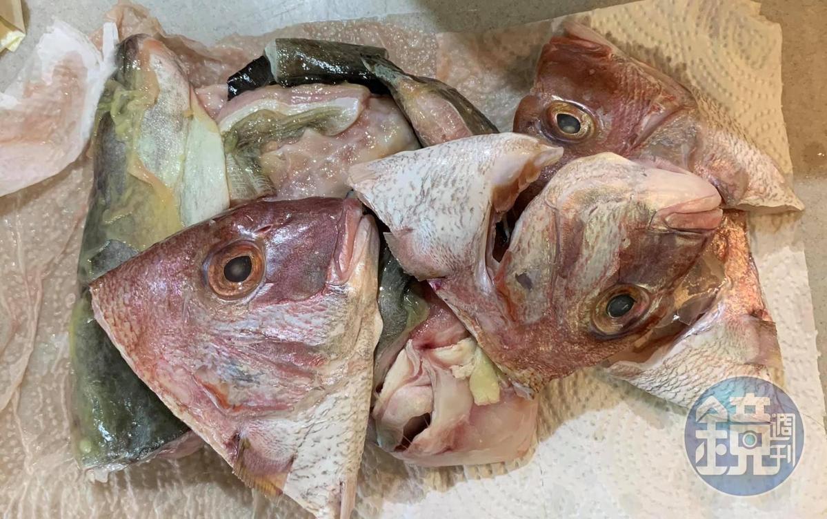 之前料理留下的真鯛頭和鱸鰻頭,也利用起來。