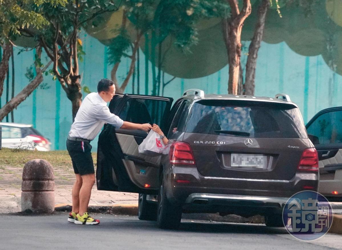 16:17 趙元同開到台北市堤頂大道二段的「忠泰交響曲」,並將車停在路邊。