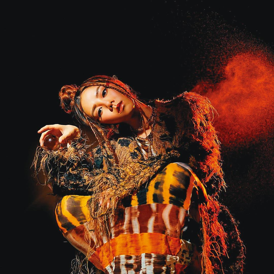推出全新創作專輯《摩天動物園》時,鄧紫棋穿上大地色的獸衣裝,呼應《摩天動物園》人類原始獸性的主題。(翻攝自鄧紫棋IG)