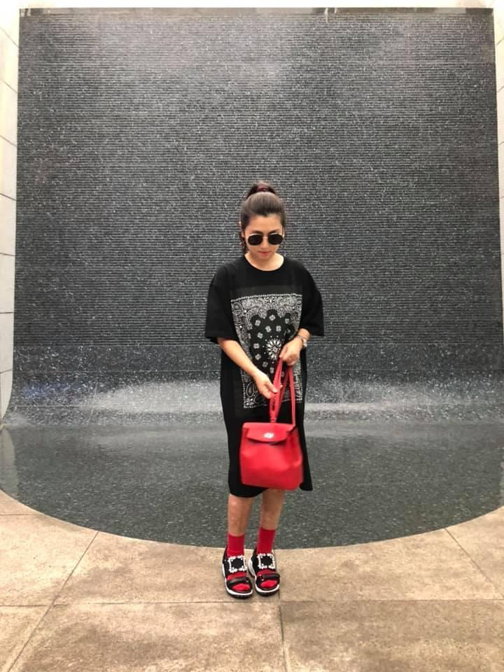 Selina將HERMES Kellyado凱莉後背包、Viv' Run鑽扣老爹涼鞋混搭,呈現悠閒的時尚感。(翻攝自Selina臉書)