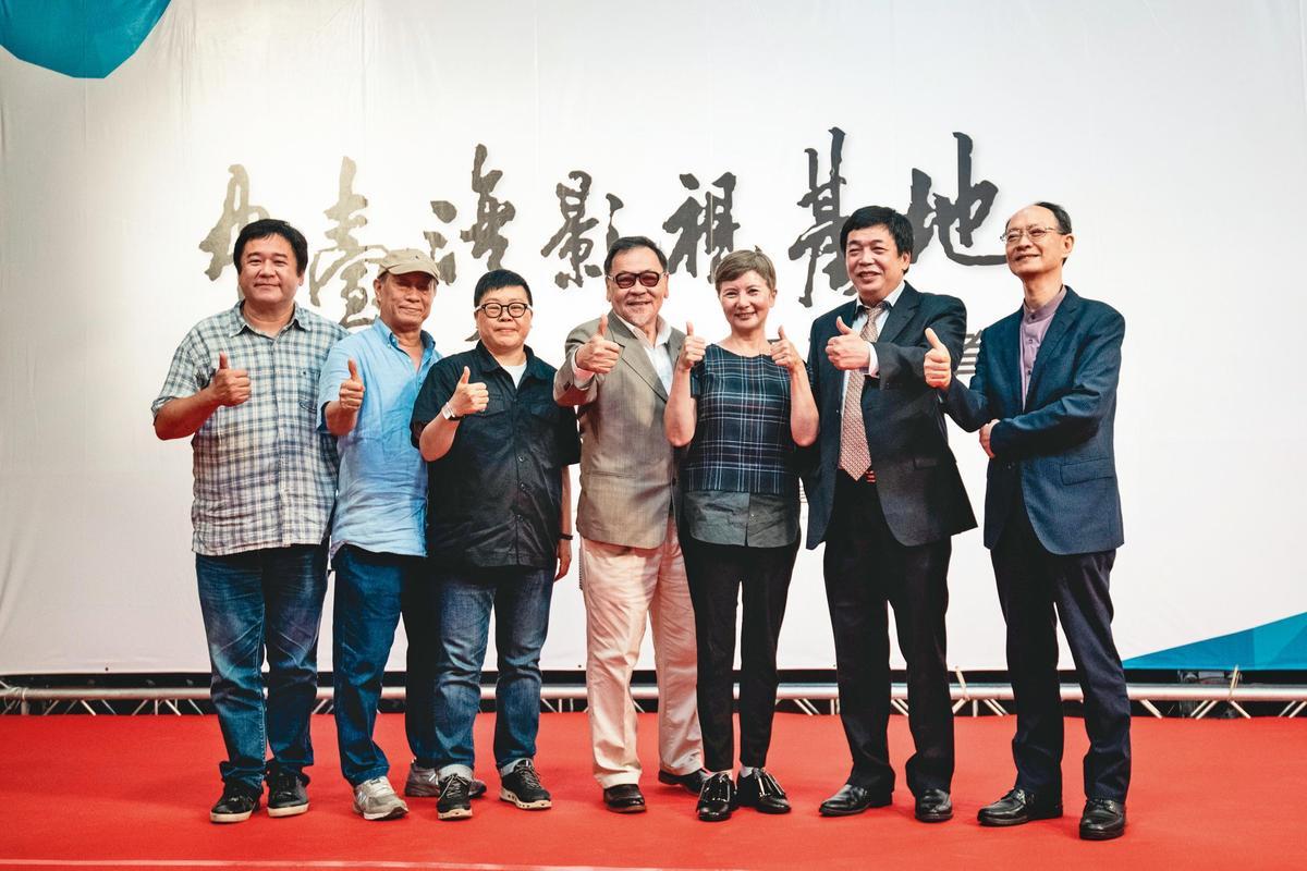 中台灣影視基地去年7月底正式開幕,影人齊聚祝賀,左起為瞿友寧、廖慶松、葉如芬、王童、李烈、林坤煌、李天礢。(中影八德提供)
