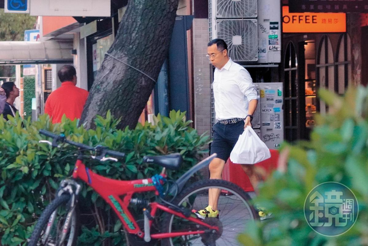 11/24 15:27 趙元同匆匆出門,途中接了一位女性友人,轉往「蘇阿姨披薩屋」拿外帶,之後一路開往林以婕家。