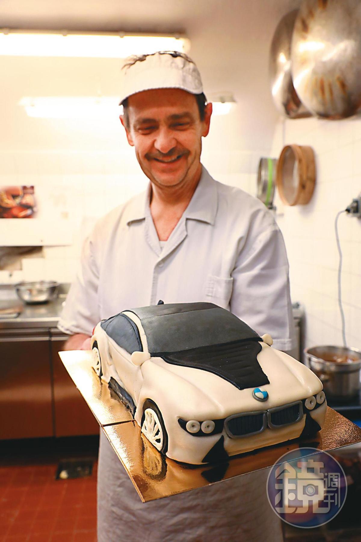 來到後廚參觀,甜點師傅驕傲端出更大更逼真的翻糖蛋糕。