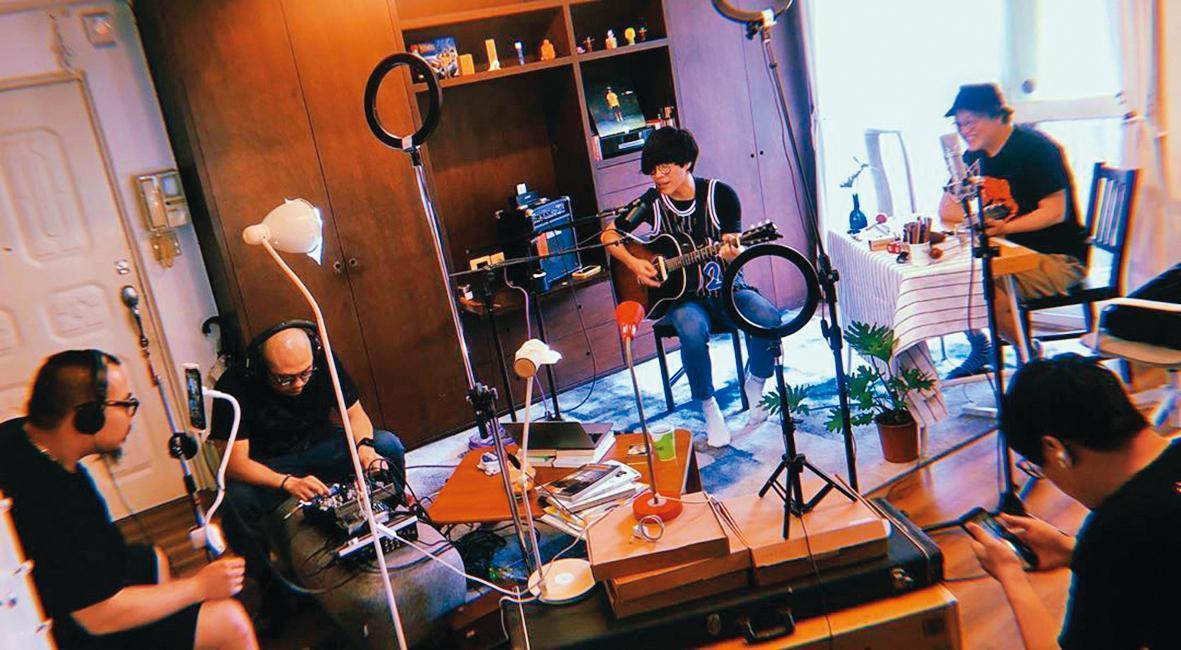在朋友眼中,盧廣仲(右二)相當勤儉,買最貴的東西就是音樂器材。(翻攝自盧廣仲IG)