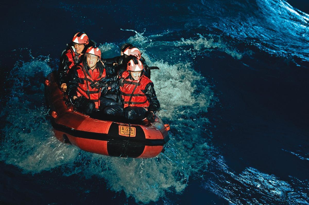 錢人豪執導的災難電影《海霧驚濤駭浪》利用造浪池拍攝逼真的海難場面。(錢人豪提供)