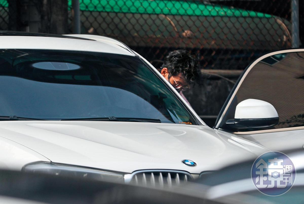 6月8日 15:30 阿翔進了自己的那輛BMW,也是他被拍到跟謝忻暗夜車會的同輛BMW。