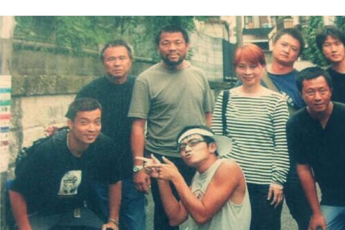 2002年湯湘竹(右三)與導演侯孝賢(左二)、攝影師李屏賓(左三)在東京拍攝《珈琲時光》。(湯湘竹提供)