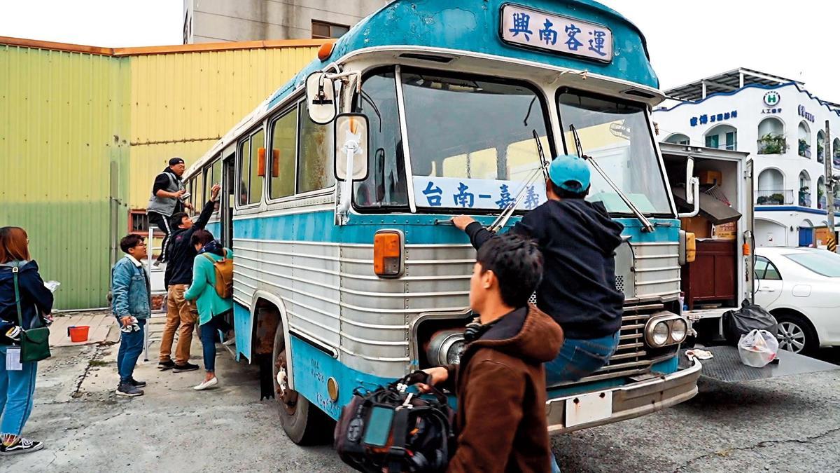 為呈現劇中80年代,劇組找來鐵皮舊公車,避免車子老舊過熱,每拍一段時間就要休息。(百戲電影提供)