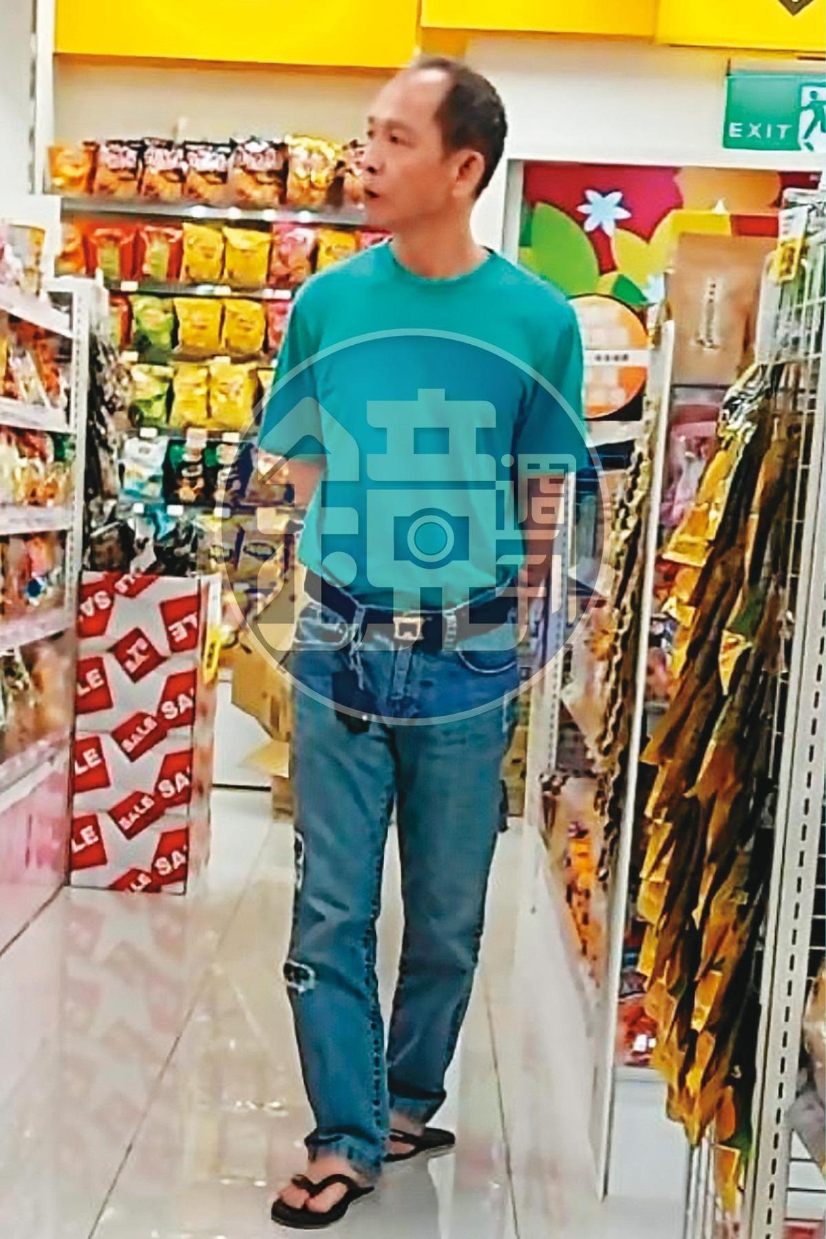 黃大彰平常愛穿T恤、牛仔褲及夾腳拖逛大賣場,與鄰家大叔沒兩樣。