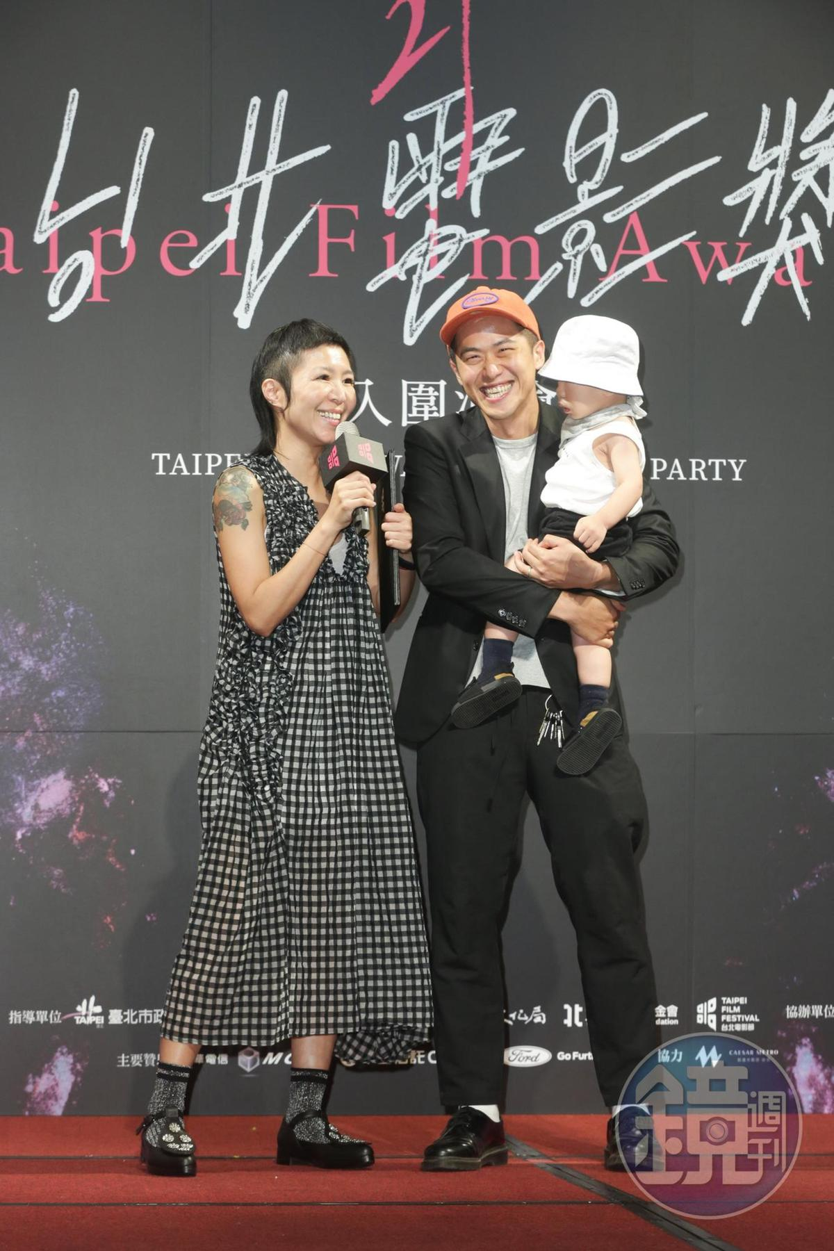 《誰先愛上他的》拿下電影行銷獎,代表華納兄弟領獎的Jo(左)說:「發行台灣電影真的很累!」導演之一的許智彥(右),抱著小孩領獎。