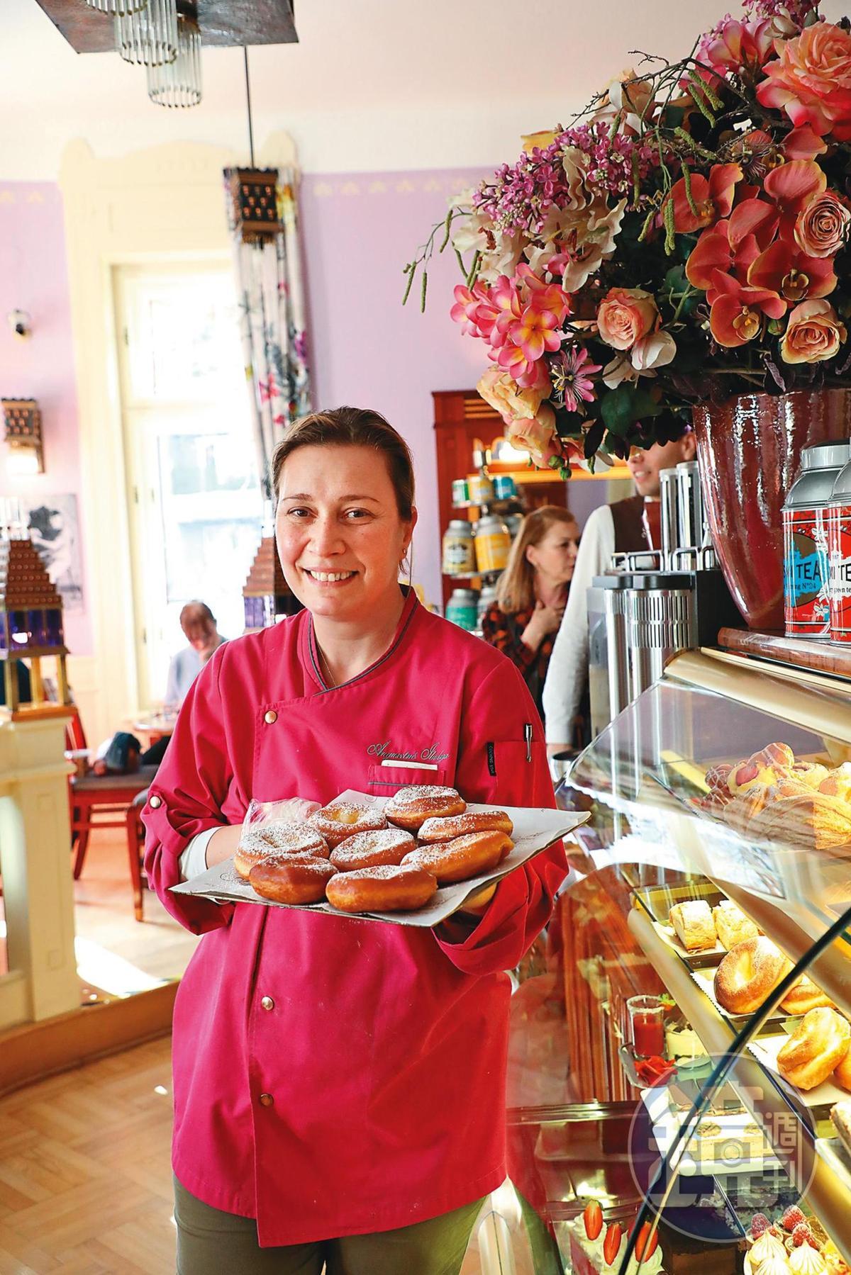 甜點店女主人Szöcs Ibolya手上拿的甜甜圈,是Márta的最愛。