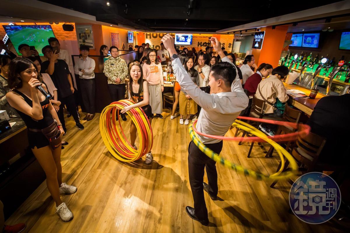 慶城店名列全球Hooters TOP10,除了維護原創精神也融入在地元素。會設計互動遊戲,與客人打成一片。