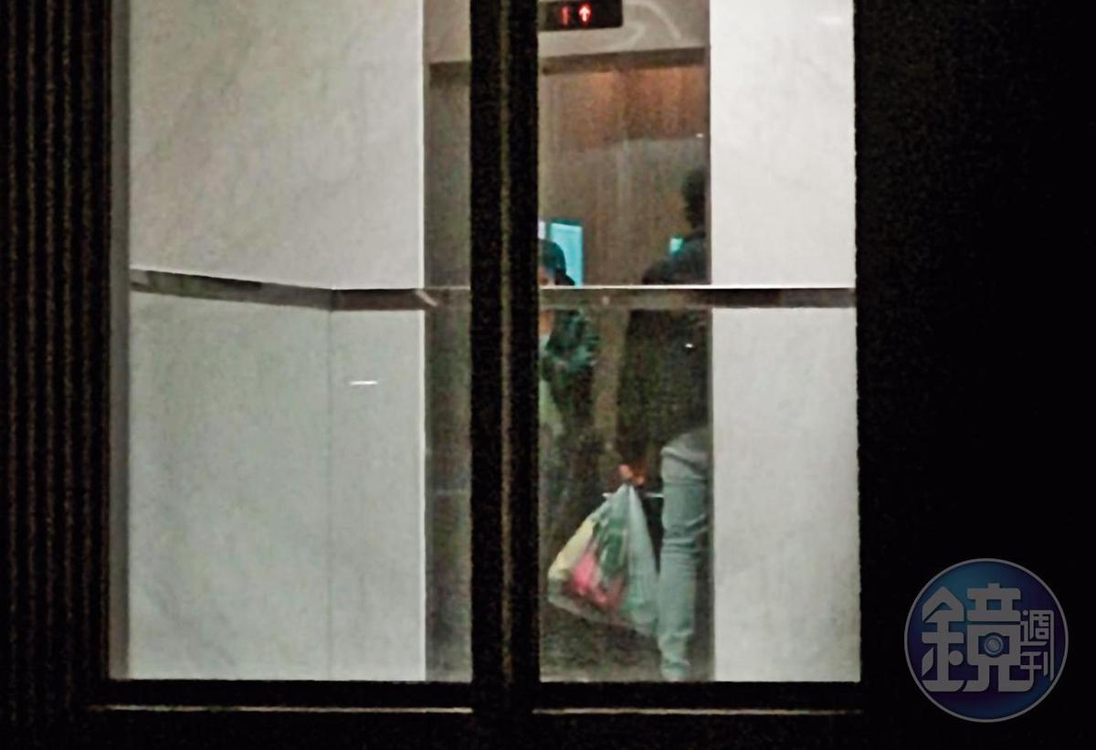 19:14晚餐後,2人前往採買食物,拎著大包小包回到海景民宿。
