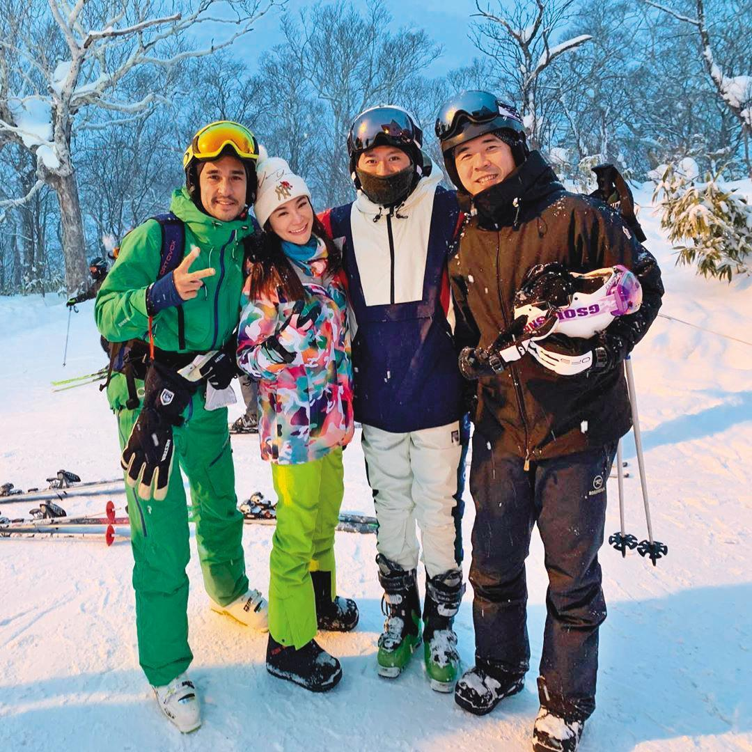 與趙元同(右)情事曝光後,林以婕(左二)毫不避諱,大方在IG上分享兩人齊赴日本滑雪的旅程。(翻攝自林以婕IG)