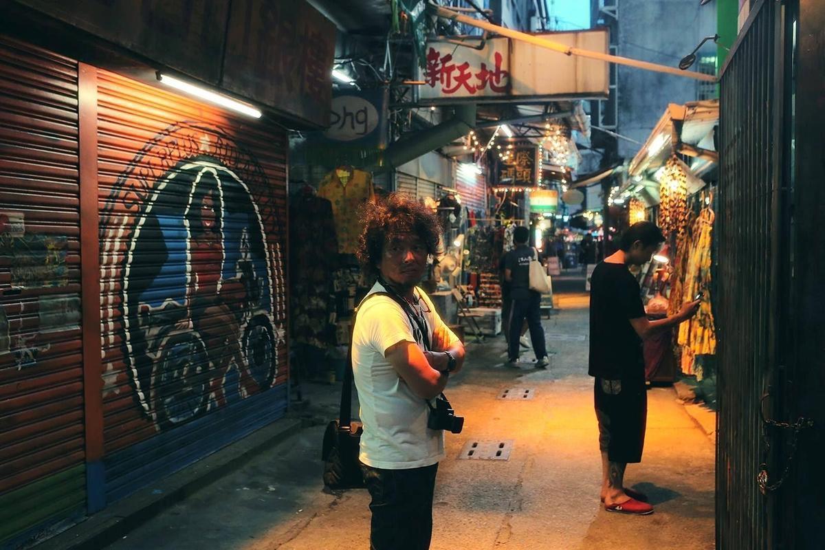 赤塚佳仁打造出周杰倫電影《天台》中氛圍獨特的台灣巷弄。(翻攝自創映電影臉書)