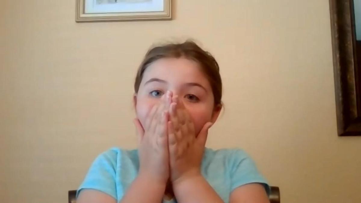 《漢密爾頓》演員陣容開始陸續出現,開始一同演唱開場曲〈Alexander Hamilton〉,讓小女孩摀著嘴驚喜不已。(翻攝自SomeGoodNews Youtube頻道)