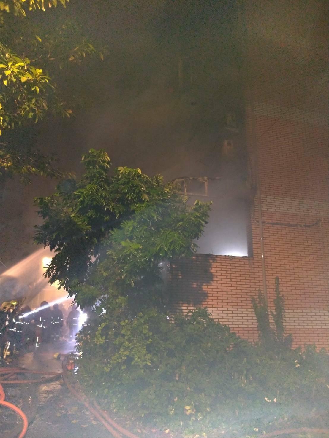 新北市鶯歌區一間透天厝凌晨發生火警,消防人員趕往現場搶救,無奈大火仍不幸造成3死1傷的悲劇。(翻攝畫面)