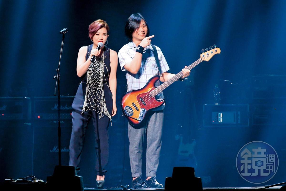 梁靜茹(左)曾與瑪莎相戀4年,後因男方抱持不婚主義而分手,經過多年,兩人在五月天演唱會上同台演出。