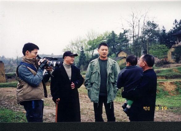 拍攝紀錄片《山有多高》時,湯湘竹(左三)與父親(左二)前往父親的湖南老家,左一為攝影師關本良。(湯湘竹提供)