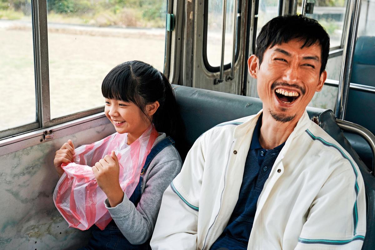 陳竹昇(右)與童星吳以涵(左)戲裡飾演父女,以生動演技與輪轉台語獲觀眾肯定。(百戲電影提供)
