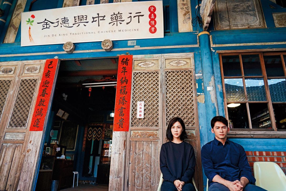 謝盈萱(左)、溫昇豪(右)主演的台語迷你劇《俗女養成記》叫好叫座,創華視自製戲13年來最佳成績。(百戲電影提供/王志偉攝)