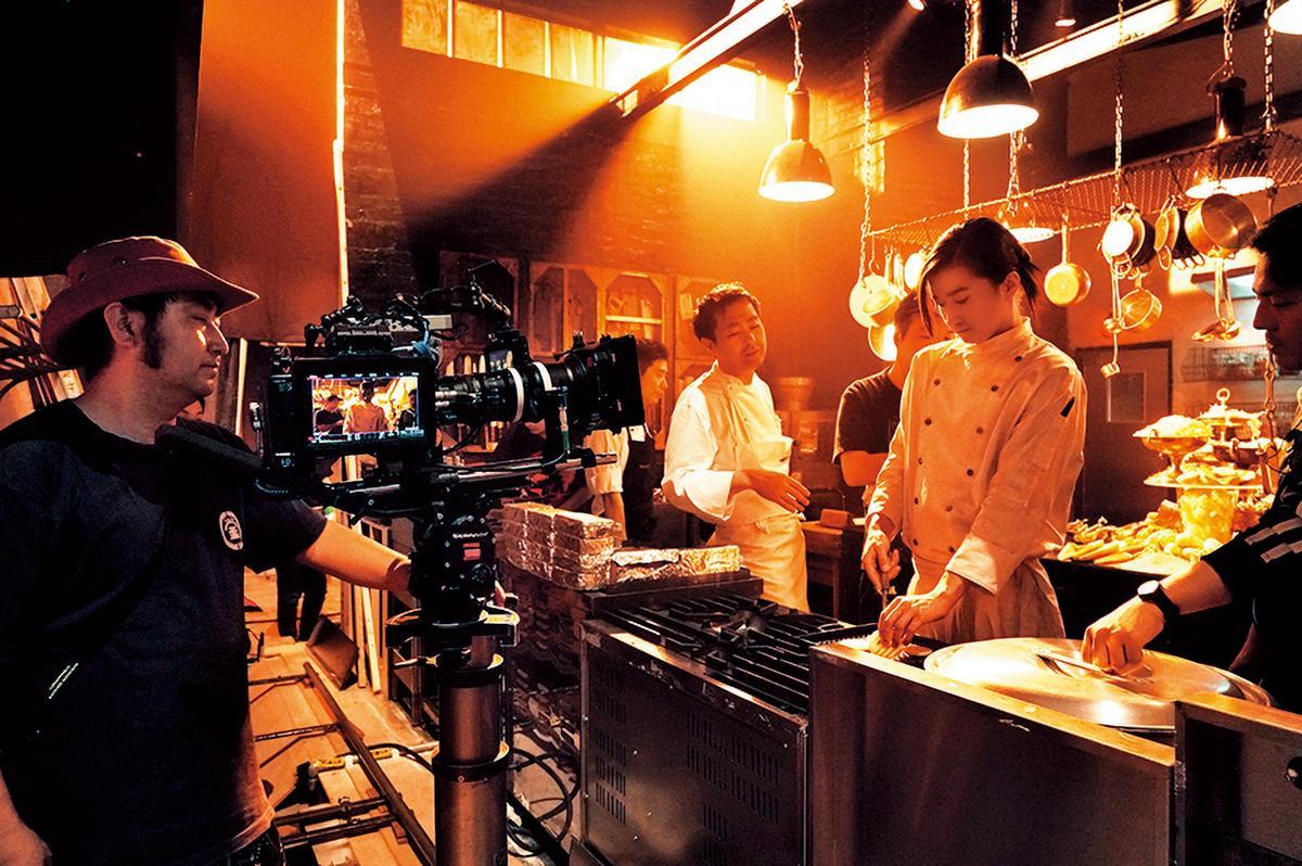 地下室餐廳場景在攝影棚內搭景,飾演主廚的藤原龍也(右一)事先受過不少訓練。(天馬行空提供)