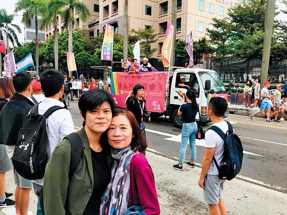 今年是同婚法案通過後的第一次同志大遊行,台北街頭到處可見「有情人終成眷屬」的熱鬧,陳雪(左3)和太太早餐人(左2)也上街去曬恩愛。(翻攝陳雪臉書)