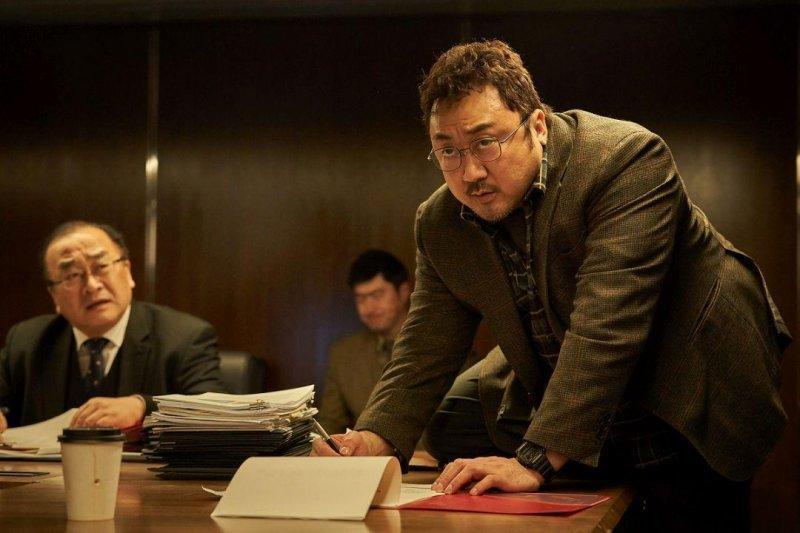 《白頭山:半島浩劫》馬東石飾演地震科學家。(車庫娛樂提供)