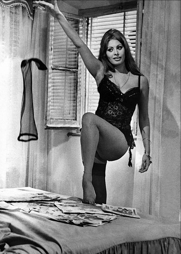 蘇菲亞羅蘭外型豔麗,以致世人常忽略她的演技,《昨日今日明日》她詮釋三種不同性格角色,證明她可不是花瓶。(金馬執委會提供)