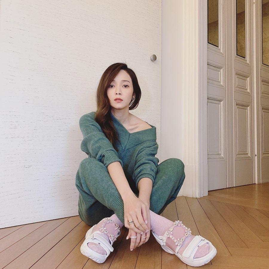 侯佩岑很女人味的風格,最適合台灣限定的獨家粉色款Viv' Run鑽扣老爹涼鞋。(翻攝自侯佩岑IG)