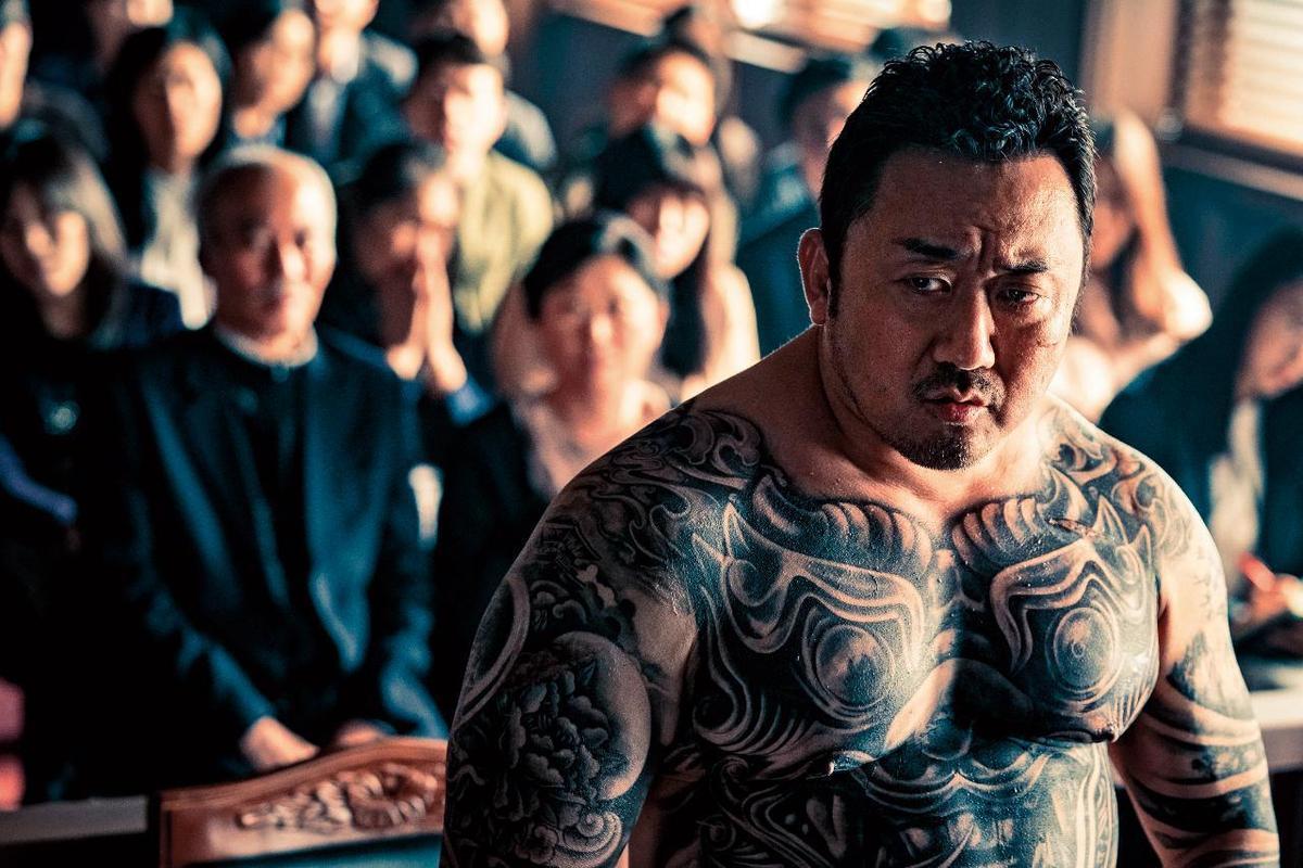體重破百的馬東石在《極惡對決》紋上全甲刺青,不需介紹角色就知道是黑道大哥。(威視電影提供)