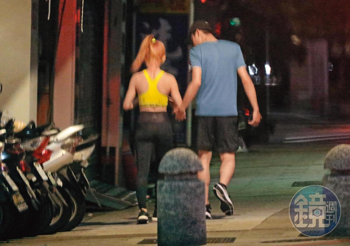 8/10 02:27 小倆口走在一起頗有「最萌身高差」,背影也呈現瑤瑤與其他前男友的即視感。