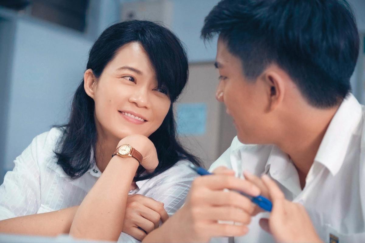 楊雁雁(左)在電影《熱帶雨》扮演阿玲老師,重複著忙碌的日常、沒有自覺,失去了對自我人生的主導權而迷失。(台北市電影委員會提供)
