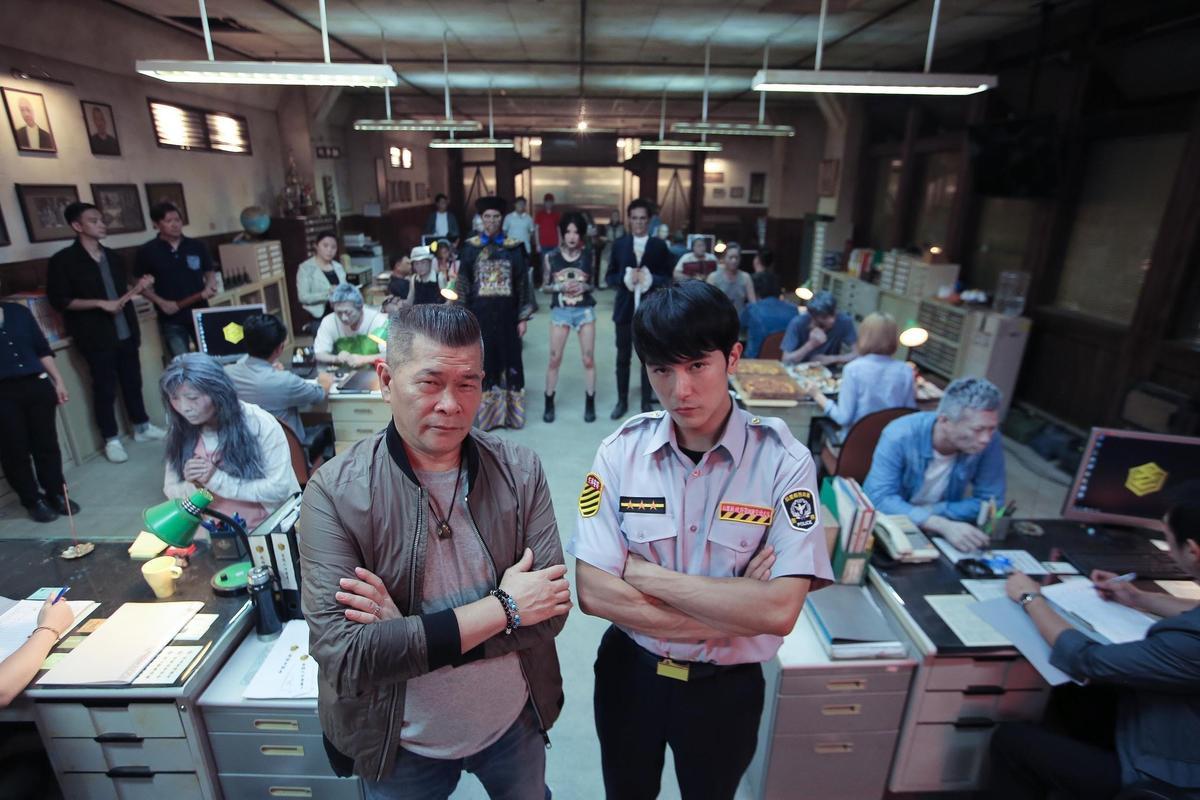 澎恰恰(左)與邱澤在片中搭檔,飾演專門偵辦靈界案件的「第九分局」探員。(甲上提供)
