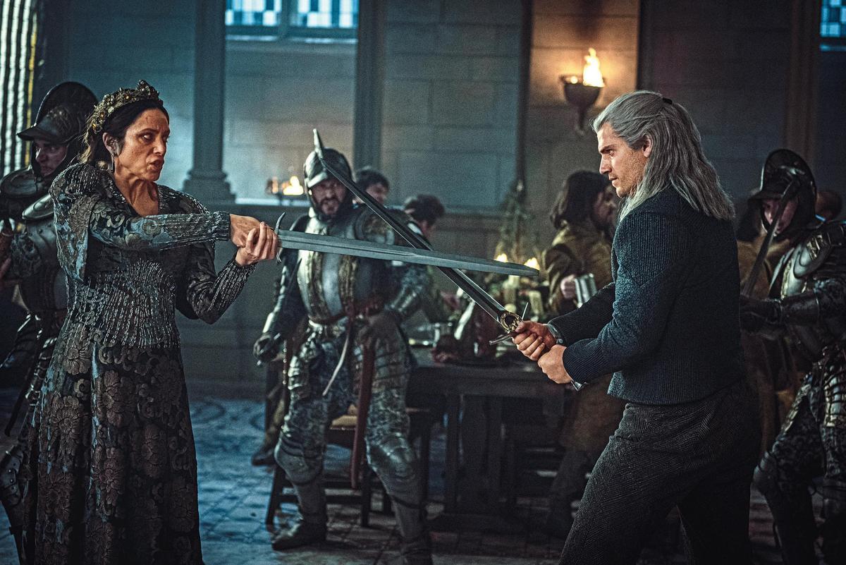 「獅后」卡蘭特女王(左)千方百計想阻止傑洛特(右)接近,但終究無法擺脫命運。(Netflix提供)