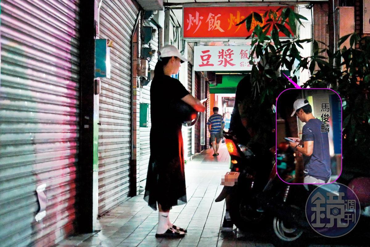 9月8日19:09,馬俊麟一邊走路,一邊忙著當低頭族,不知道跟誰在傳訊息;後來他回家之後,接了老婆出門晚餐。