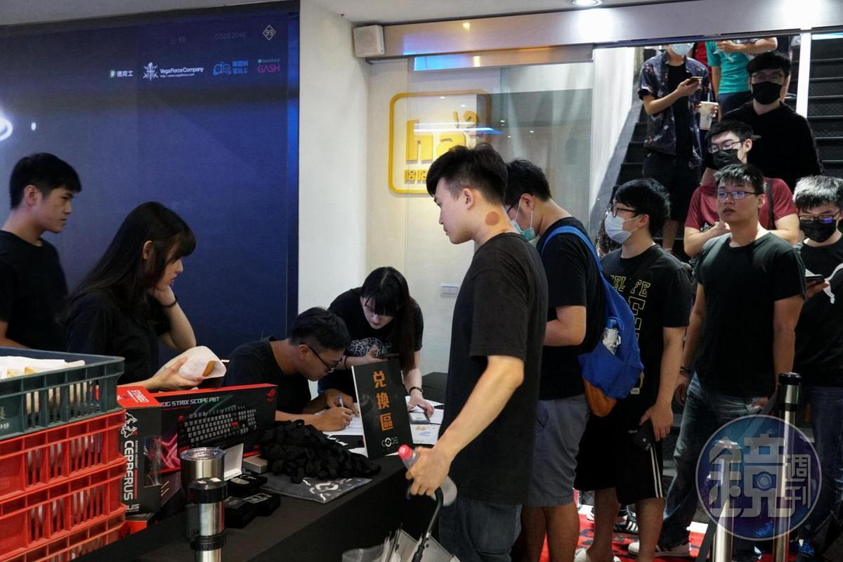 近百位玩家排隊入場,要搶先體驗《CODE2040》。