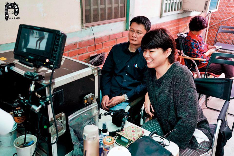 陳長綸(左)看到《俗女養成記》原著後如獲至寶,推薦給嚴藝文(右),成為嚴藝文首度編導的作品。