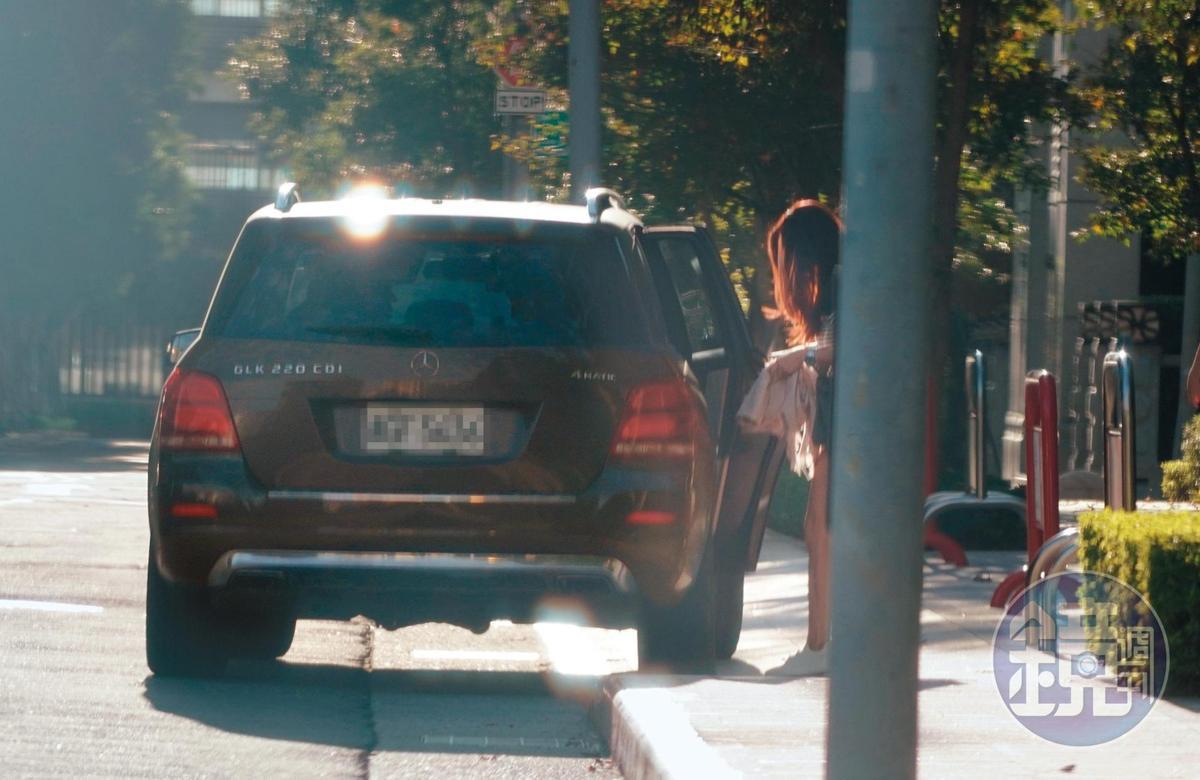 15:45 林以婕上了趙元同的車,原來目的地並非林家,3人聚首後,開車往另一個地方前進。