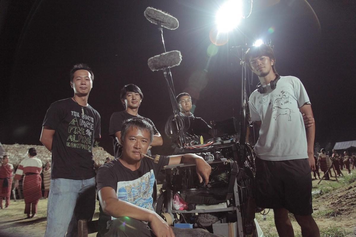 湯湘竹(前)喜歡跟著電影劇組四處工作,此為拍攝《賽德克.巴萊》現場。(果子電影提供)