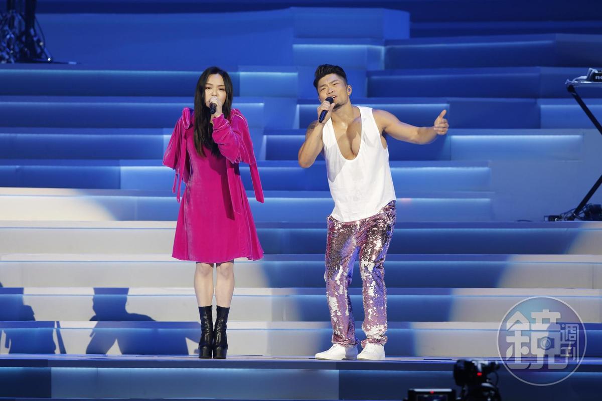 李玖哲(右)大秀好身材,恰好包緊緊的嘉賓徐佳瑩成反比。
