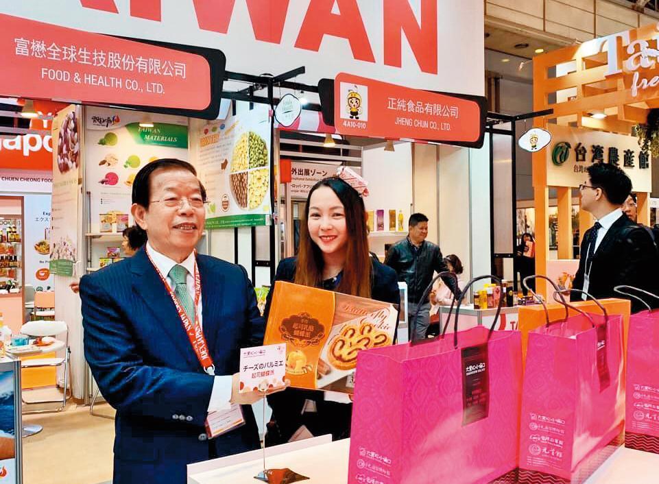 今年3月,邱威樺(右)曾在東京辦食品展,並在當地打卡。左為謝長廷。(翻攝自邱威樺臉書)
