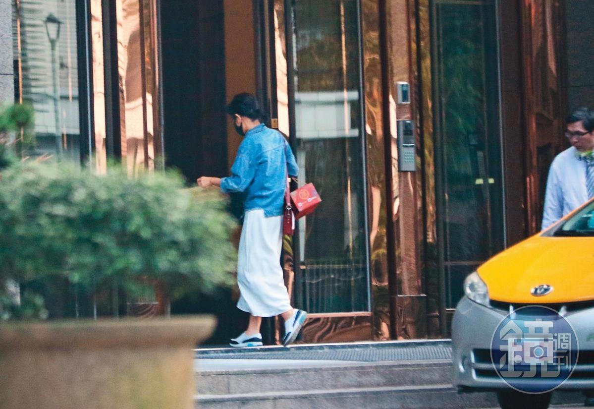 逛完特賣會,米可白回到北市信義區的頂級豪宅「冠德遠見」。