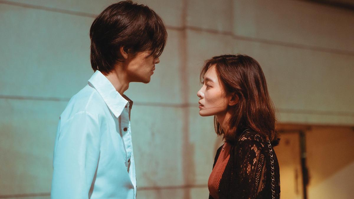 李亦捷(右)與夏騰宏(左)分別飾演酒店小姐與少爺,有激烈的感情對手戲。(好威映象提供)